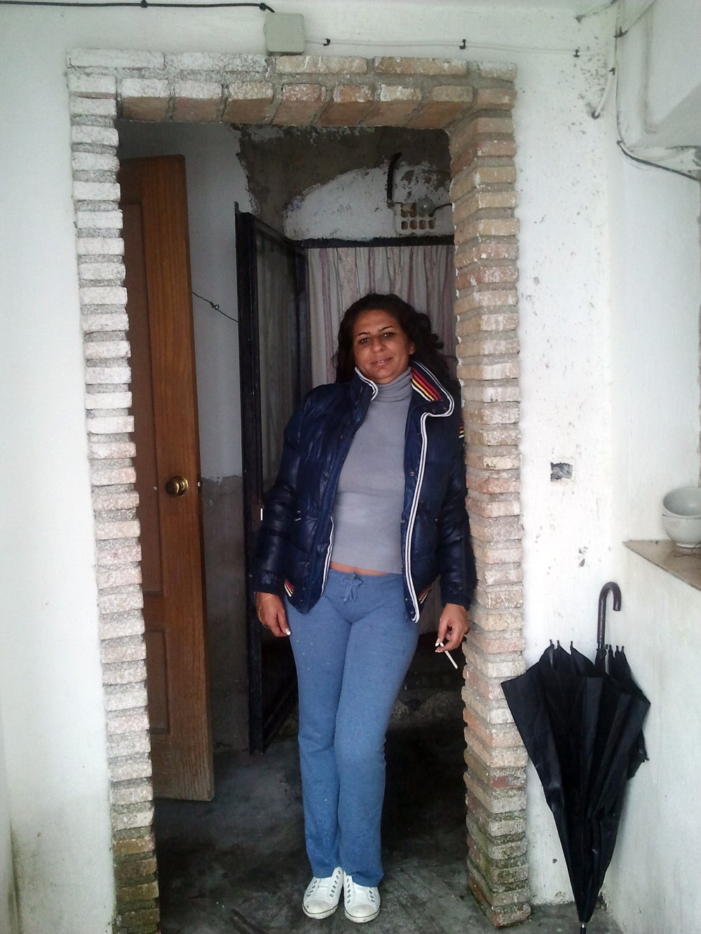 Inma, en la puerta de su casa en la Verea Baja.