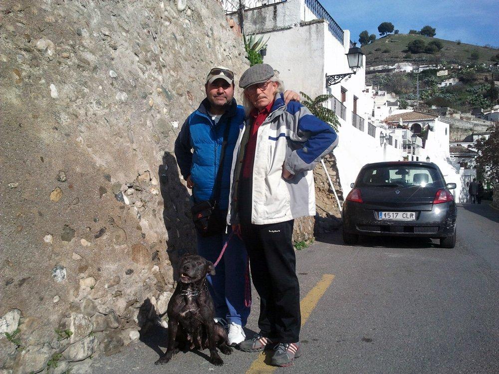 Juan y Agustino, el guía turístico, junto a su perra.