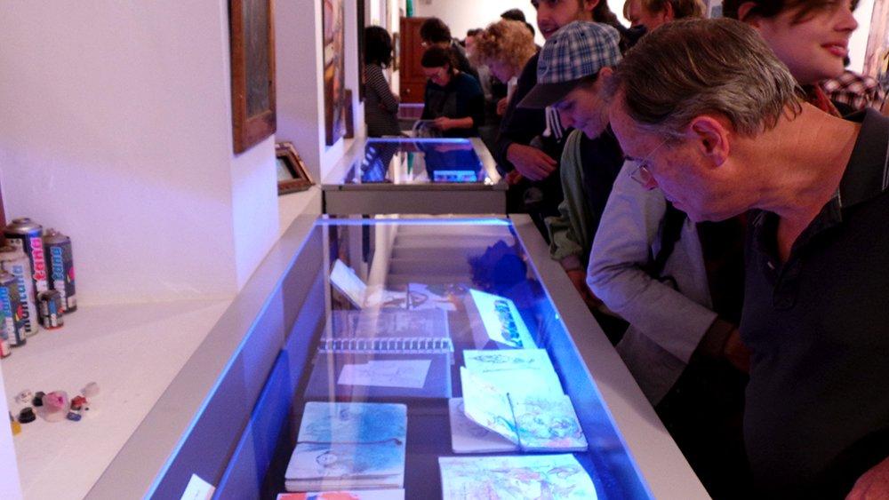 Exposición de libretas de dibujo.