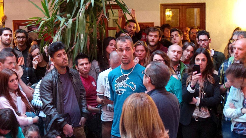 Ricardo Anguita y Nani Cambil, junto al artista.
