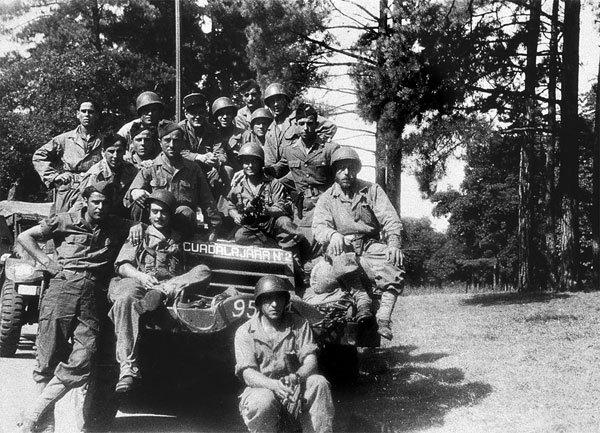 Miembros de la Nueve junto al blindado Guadalajara