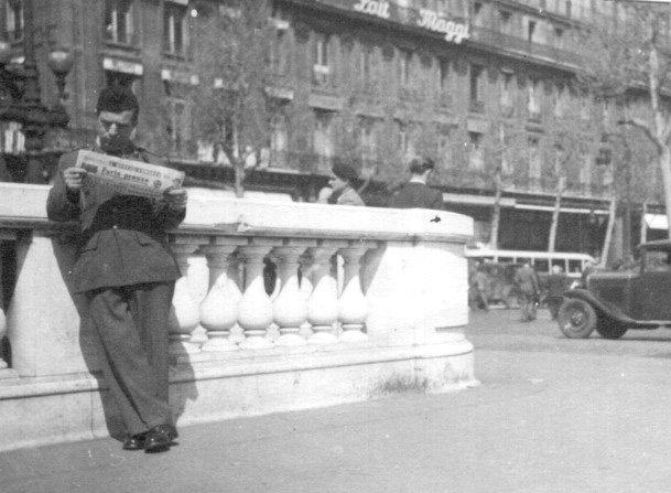 Ramón Gualda, en París, leyendo el periódico