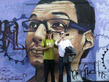 Raúl, el Niño de las Pinturas, colabora con un proyecto para fomentar la vida de barrio en París con grafitis de grandes dimensiones.