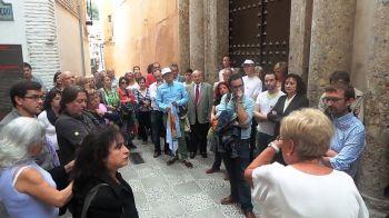 Un centenar de personas han acudido a la movilización en defensa del patrimonio convocada a las puertas del museo arqueológico de Granada y en la Casa Ágreda...