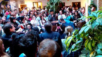 La Corrala de Santiago se desbordó de seguidores de El Niño de las Pinturas para la inauguración de su exposición.