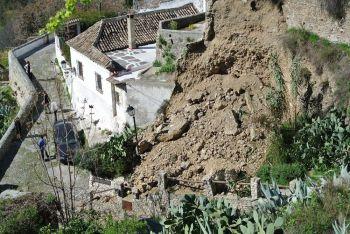El Museo Cuevas del Sacromonte ha reclamado al Ayuntamiento de Granada que agilice la retirada de la tierra que sepulta el camino tras el desprendimiento.