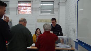 El voto por correo, solicitado por 22.000 electores, decidirá quién ha ganado las elecciones en Granada. De momento, el PP es la fuerza más votada.