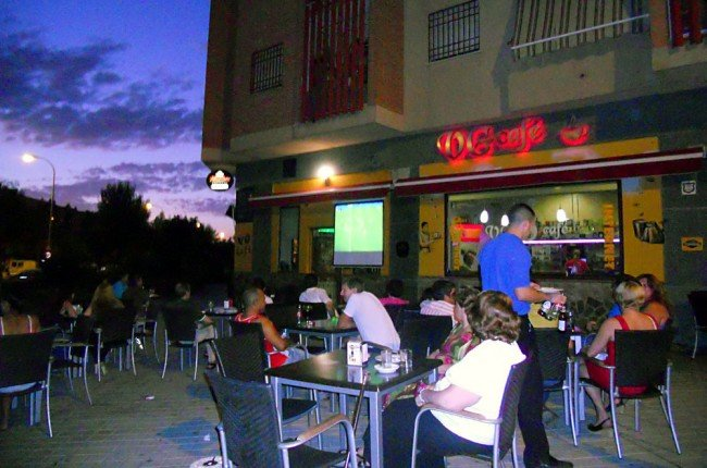 Vecinos de Joaquina Eguaras disfrutan del partido del Barcelona-Villareal en la terraza del Café VG.