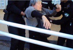 Policía desaloja a vecinos de la biblioteca de Las Palomas, Zaidín