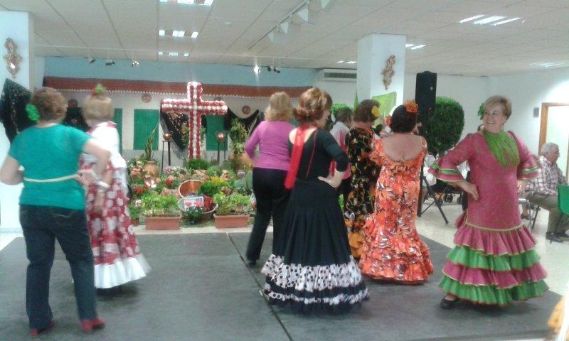 Baile por sevillanas en la jornada de convivencia del centro cívico del Zaidín.