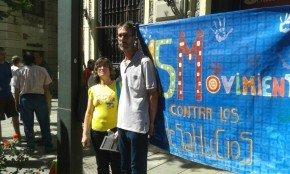 Rosa y Emilio, frente a la sucursal del Santander en Gran Vía.