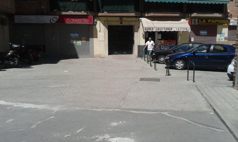La placeta se encuentra entre la avenida de Cádiz y la calle Escultor López Azaustre.