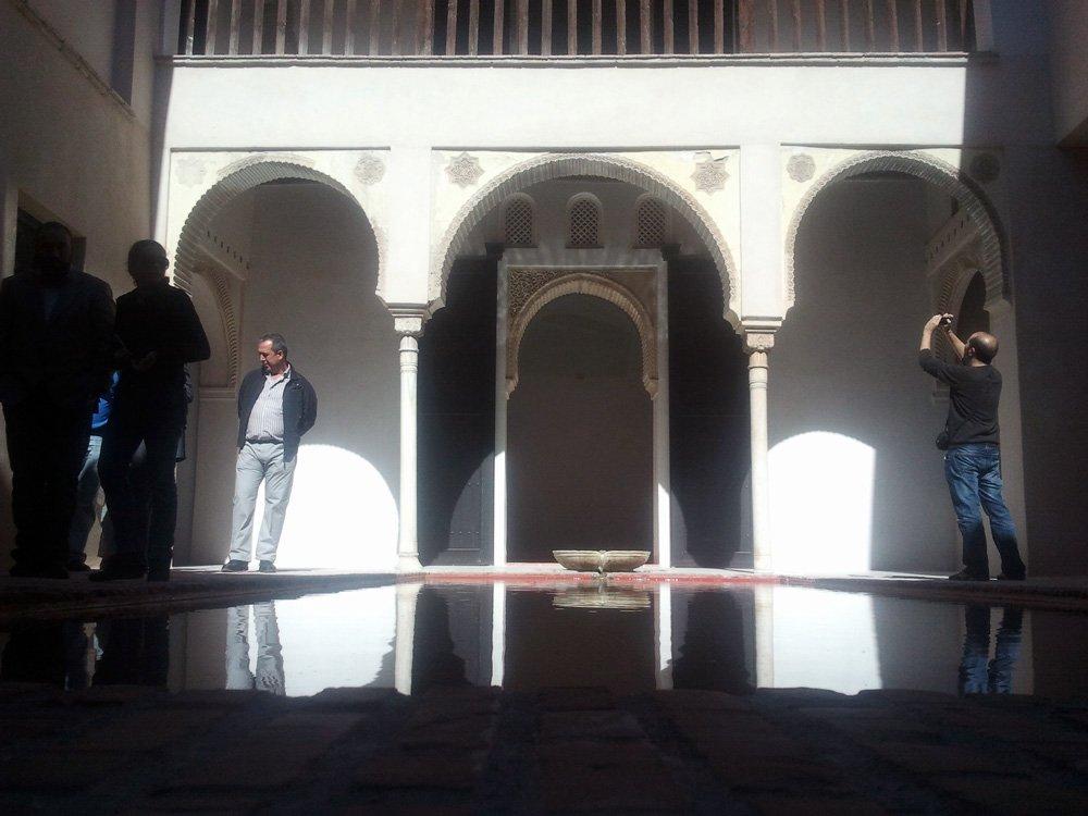 Baños Arabes Granada Paseo De Los Tristes:La alberca de la Casa Zafra ocupa la parte central del patio