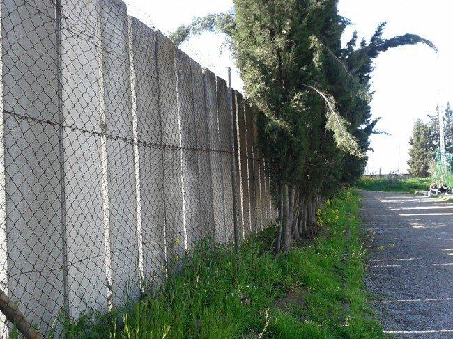 Muros exteriores que cercan el IES Severo Ochoa de la Chana, Granada
