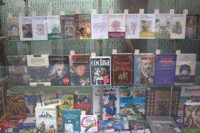 El escaparate de la librería, donde se pueden apreciar publicaciones sobre Granada.