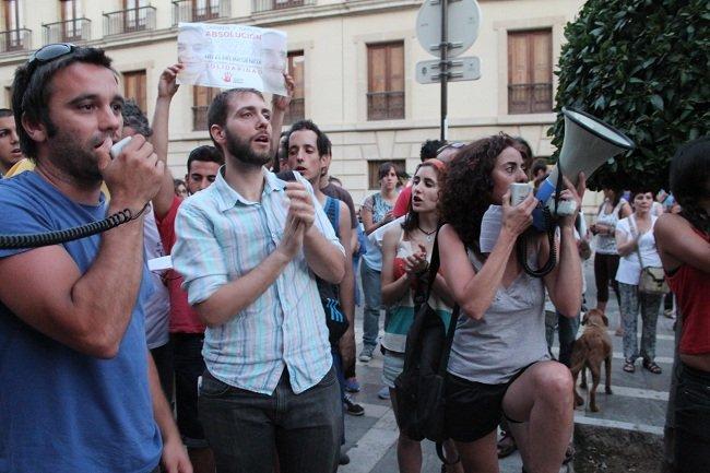 Carlos Cano pidió este miércoles formalmente al Ministerio de Justicia el indulto por su condena a 3 años de cárcel, con el apoyo del Parlamento andaluz y 16.500 firmas de particulares. Carmen Bajo, por su parte, sigue esperando la resolución de su petición de nulidad.