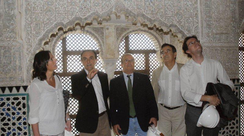 El consejero de Turismo, Rafael Rodríguez, visitó el Cuarto Real de Santo Domingo y la parada de metro de Alcázar Genil para anunciar su inclusión de la futura Ruta Almohade del Plan Turístico de Granada.