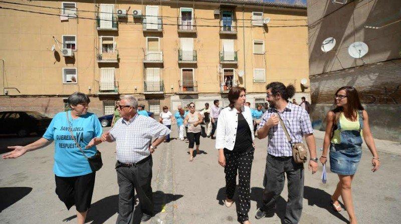 La delegada Sandra García y el arquitecto Martín charlan durante la visita al barrio. Foto: J. M. Grimaldi