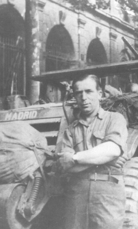 Ramón Gualda, junto al blindado 'Madrid' en la calle Rívoli de París el 26 de agosto de 1944.