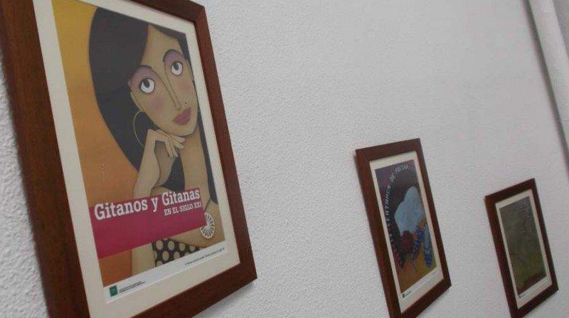 El Centro Sociocultural Gitano Andaluz, con sede frente al Hospital Real, presume de la biblioteca más completa en España sobre cultura gitana, referente también para muchos investigadores de toda Europa.