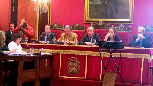 El Gobierno del PP local, ante las asociaciones de vecinos, ayer. Foto: GiM