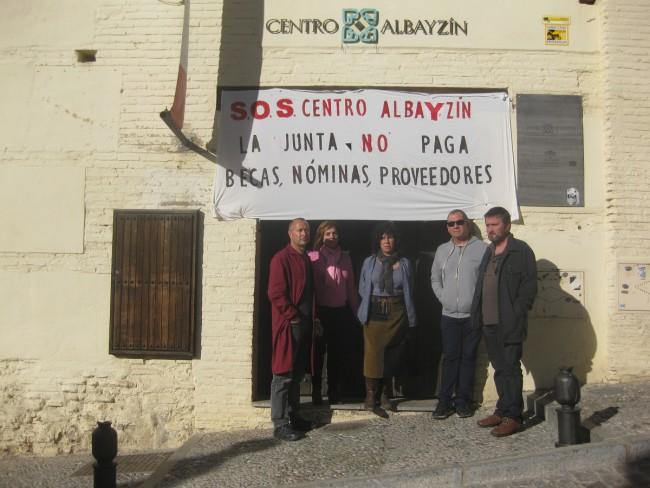 Algunos de los trabajadores posan a la entrada del Centro Albayzín. Archivo