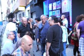 Juan Planta charla con amigos antes de la presentación del libro. Foto: Manuel Yeste