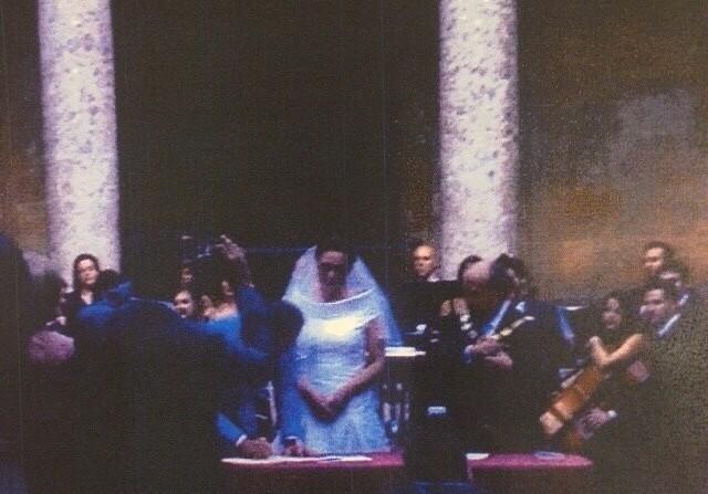 Imagen en la que se puede ver al alcalde de Granada oficiando la boda.