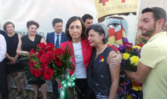 Rosa Aguilar y Pepa Miranda, familiar de represaliados, proceden a la ofrenda floral.