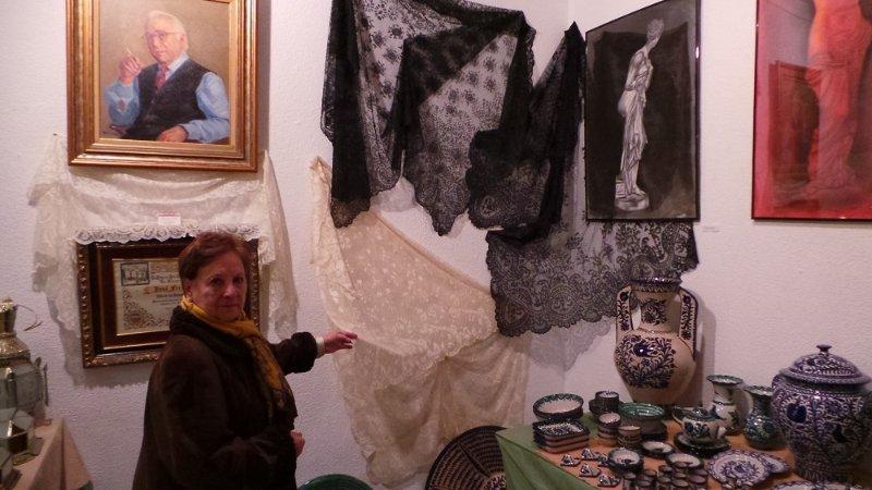 Cristina Gutiérrez Durán muestra una de sus mantillas.