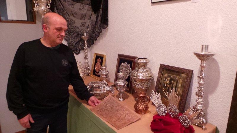 Manuel Martín Álvarez muestra orfebrería y cuero repujado.