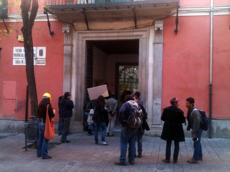 El piquete del 15M, ante el Palacio de Condes de Gabia