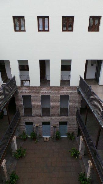La parte trasera del edificio principal que da a la calle Elvira.