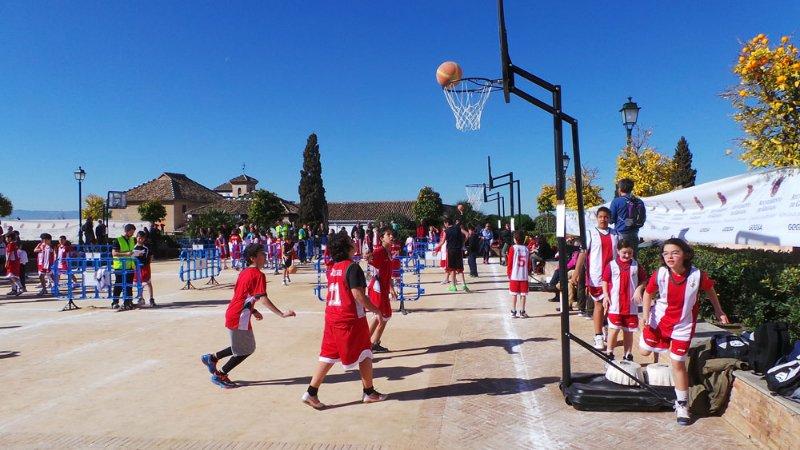Niños juegan al baloncesto en el Huerto del Carlos