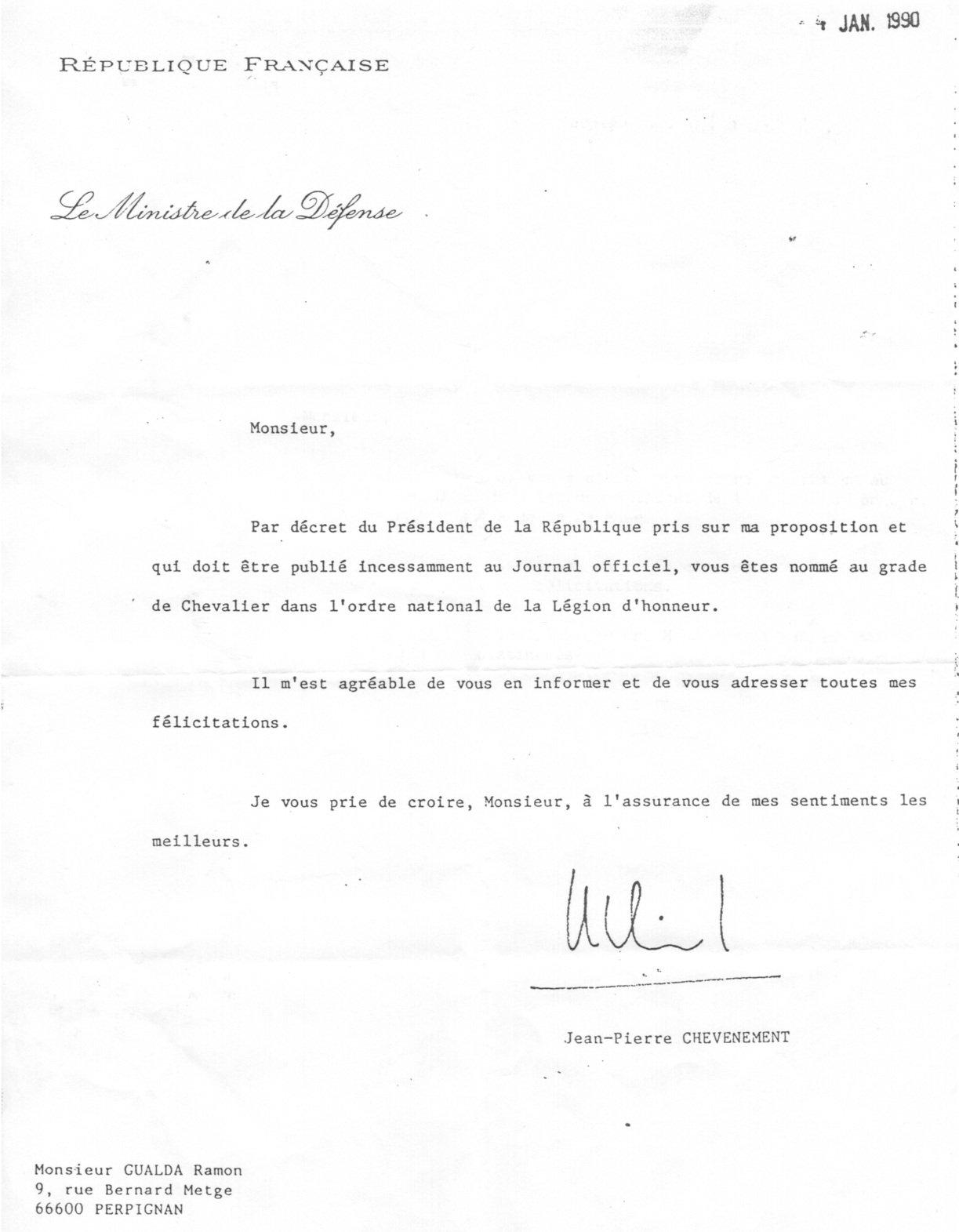Carta del ministro de Defensa francés comunicándole la distinción de Caballero de la Legión de Honor.