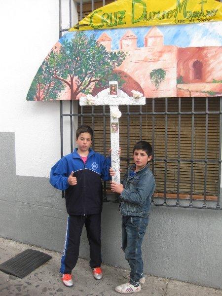 Dos niños del Albaicín pasean su cruz