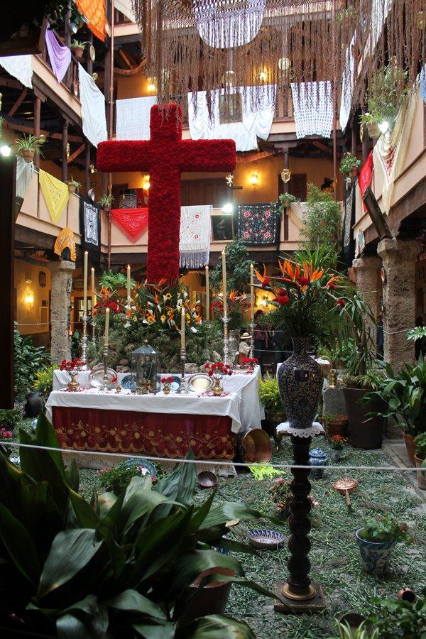 Cruz de Mayo en la Corrala de Santiago.
