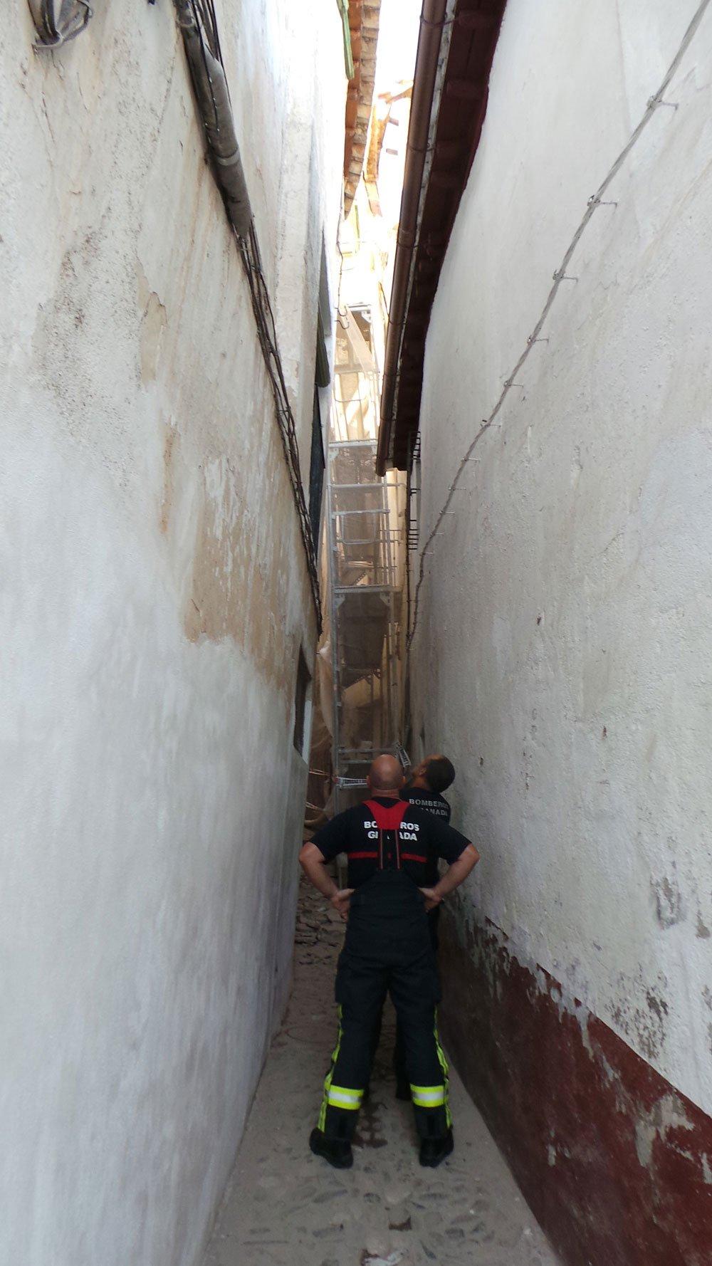 Bomberos inspeccionan la fachada