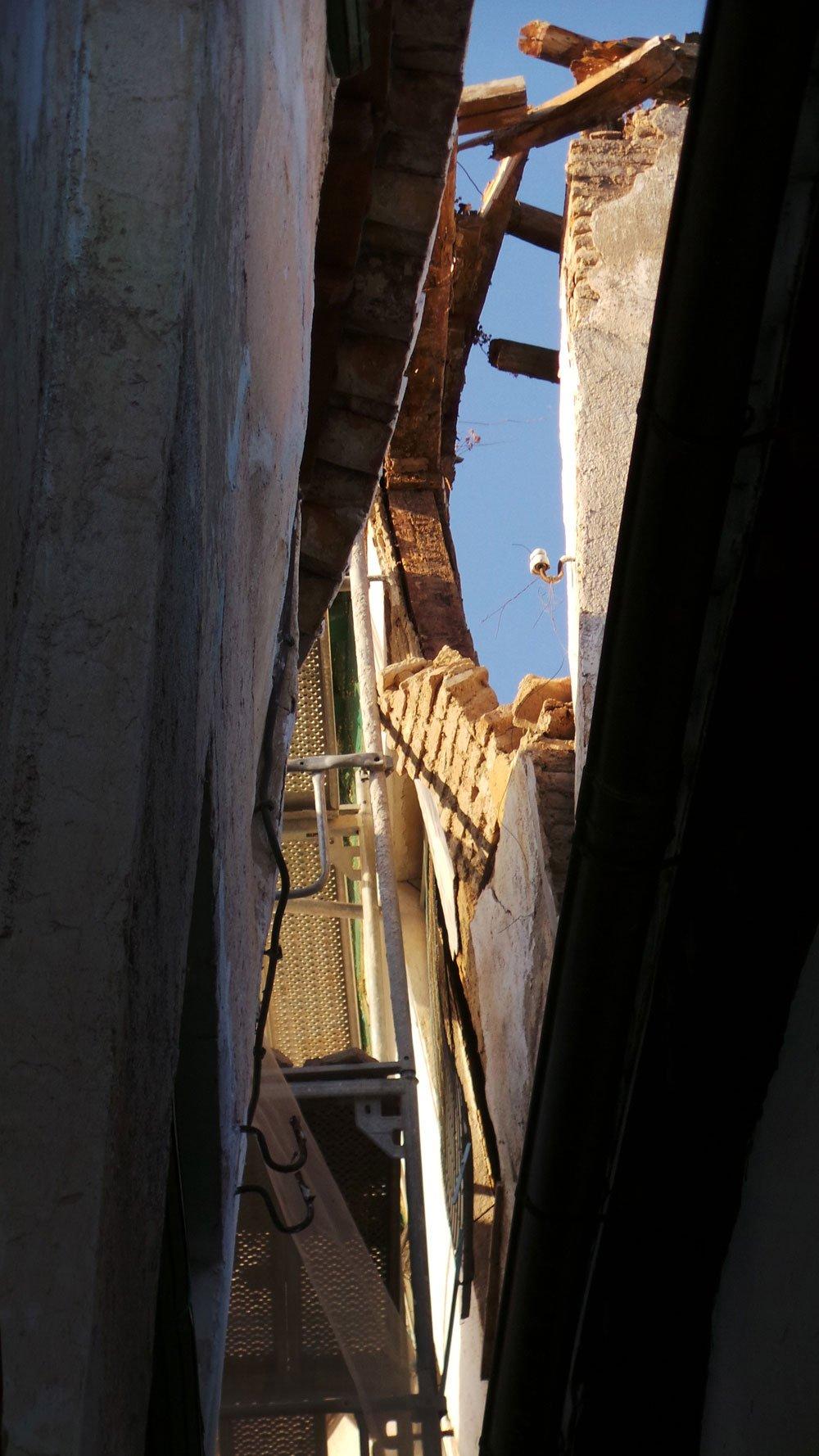 Parte de la fachada ha quedado en el aire