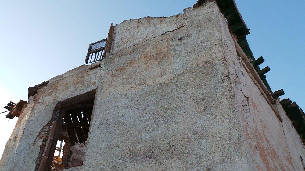 Un costado y tejado del edificio abandonado