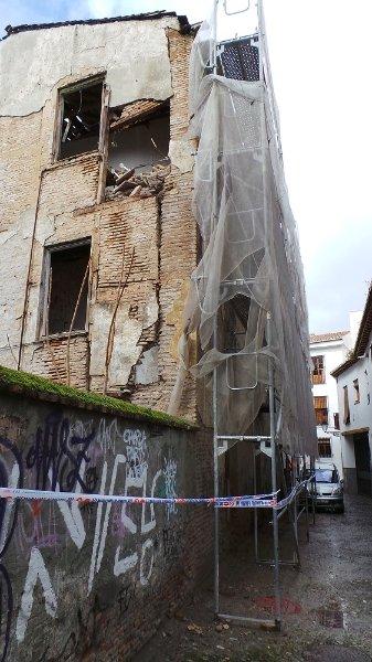 Zona acordonada con algunos cascotes que se han desprendido de la fachada.