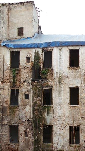 Fachada de la parte trasera del edificio con las ventanas abiertas.