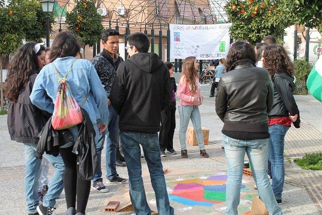 Carteles anti desahucios, por el derecho a la movilidad y contra la precaridad laboral decoraban la plaza
