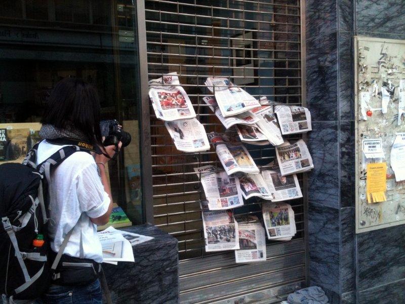 Periódicos apilados en la plaza de Isabel la Católica