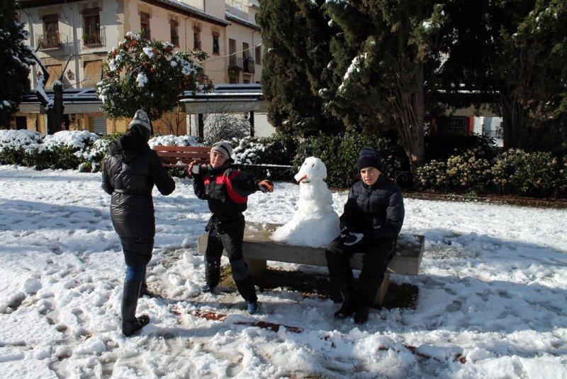 Una familia con su muñeco de nieve