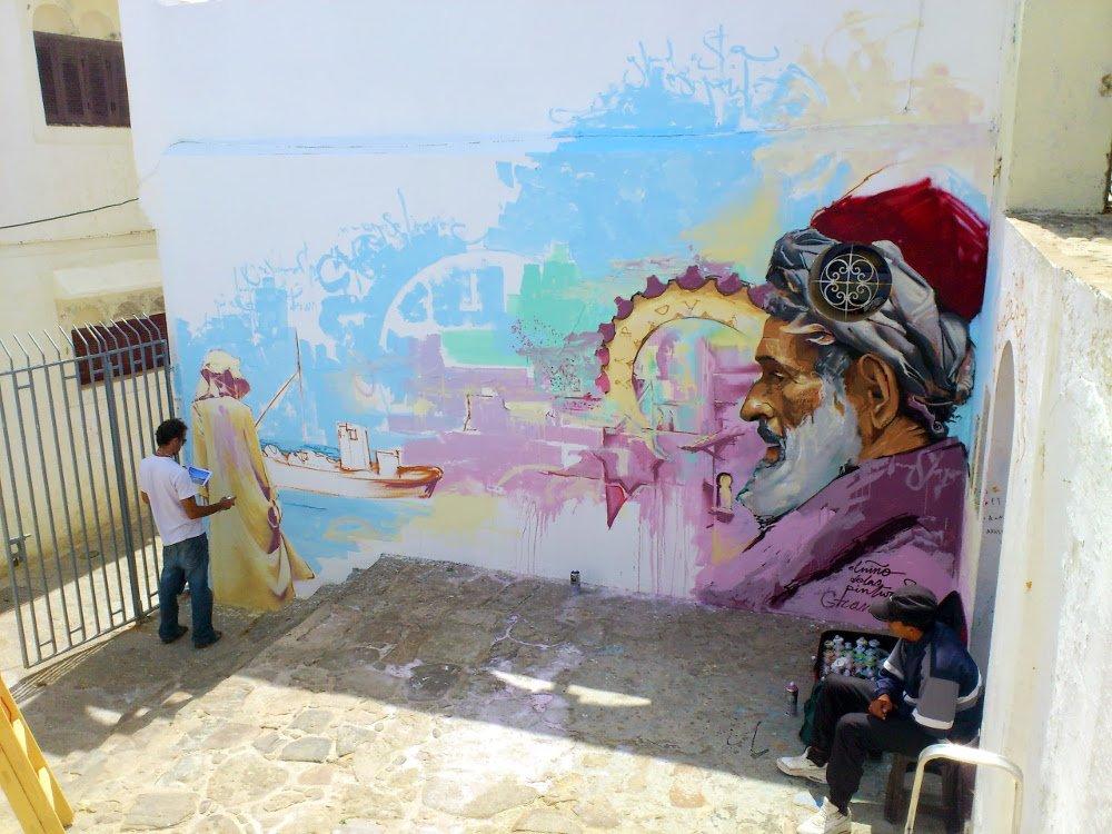 El Niño de las Pinturas grafiteando la medina de Assilah