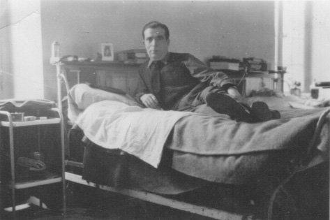 Ramón Gualda, en su catre