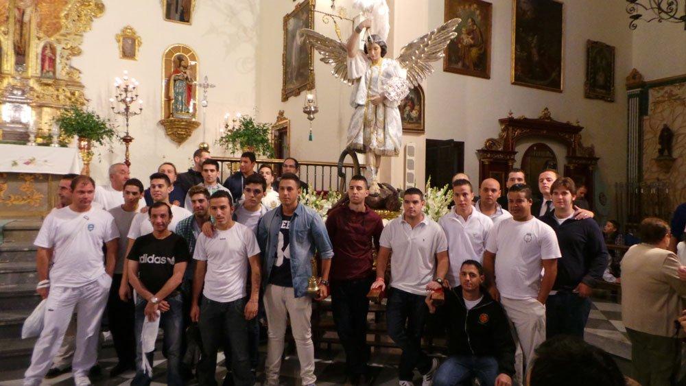 Los costaleros posan junto a San Miguel