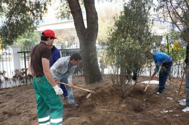 Los alumnos del IES Virgen de las Nieves plantan árboles