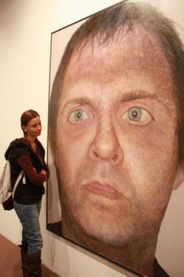 Una alumna contempla una de las obras de la Feria de Arte Contemporáneo de Bellas Artes
